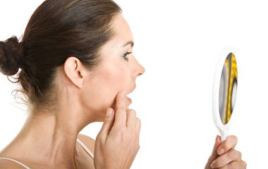 Ánh nắng mặt trời chứa tia cực tím là một trong những nguyên nhân chính gây nám da. Chính vì thế, đối với những làn da bị nám, bạn nên hạn chế tiếp xúc với nắng và phải có cách bảo vệ tối da giúp da tái tạo lớp mới. Muốn vậy, kem chống nắng […]