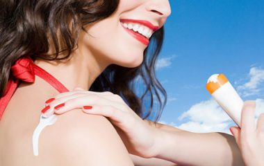 Kem chống nắng là dược mỹ phẩm làm đẹp không thể thiếu đối với làn da của bạn. Việc sử dụng kem chống nắng mỗi ngày sẽ giúp làn da tránh khỏi những tổn hại khôn lường mà tia UV mang tới. Tuy nhiên, sử dụng kem chống nắng cũng cần phải thực hiện đúng […]